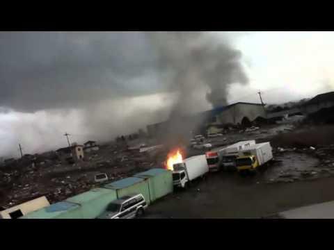 Neues Tsunami Video: Kameramann rettet sich auf Straßenübergang
